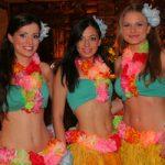 tancerki na imprezie hawajskiej
