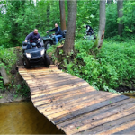 quad jadący przez drewniany most